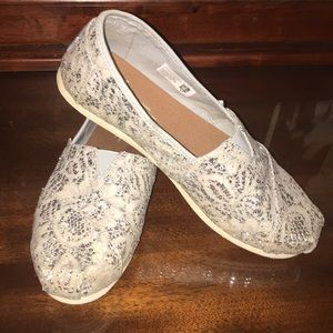 TOMS Lacy Off White Silver Glitter Slip Ons 7.5 M